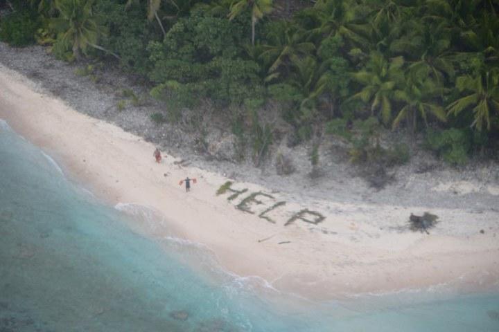 這架偵察機飛躍一座小島時空拍看到了這樣的景象。