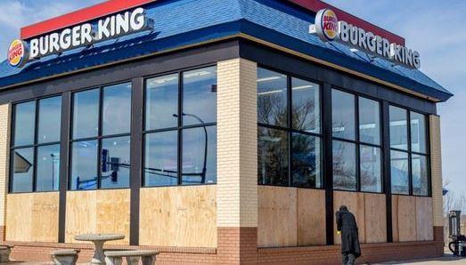 這間漢堡王的員工接到一通電話後就忽然「拼命把窗戶通通砸破」,警方到場後才發現最哭笑不得的真相!