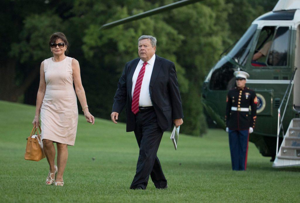 第一夫人蜜蘭妮「爸爸」曝光!一下飛機網嚇傻:「根本是川普複製人!」