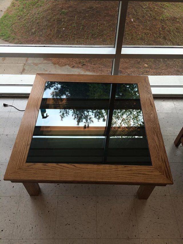 15歲少年撿木板「親手打造木桌」,插上電把物品擺到桌面「穿越次元效果」超震撼!
