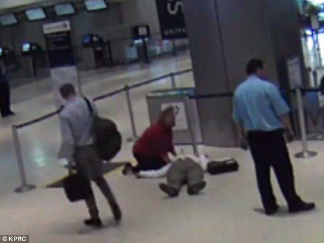 又是聯航!71歲老人「遭痛扁昏倒在地」,員工冷眼旁觀當沒看到!「2年後」聯航終於回應。(影片)