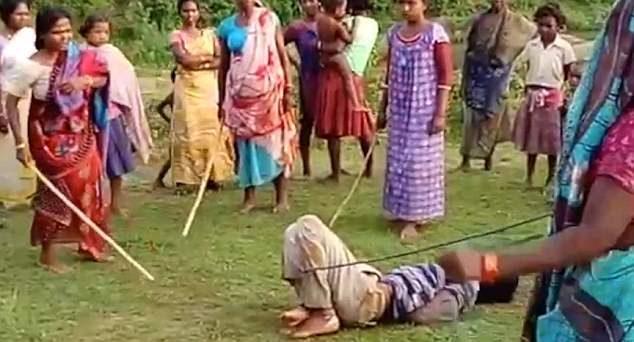 印度男姦殺8歲女童,大媽們暴怒「動私刑長棍毒打致死」打爆影像曝光!(影片慎入)