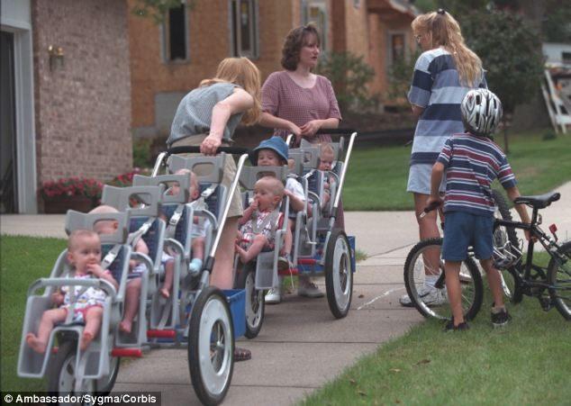 一個都不能少!醫生要她放棄4個小孩,她堅持生下7胞胎。20年後全家成就讓人羨慕!(影片)