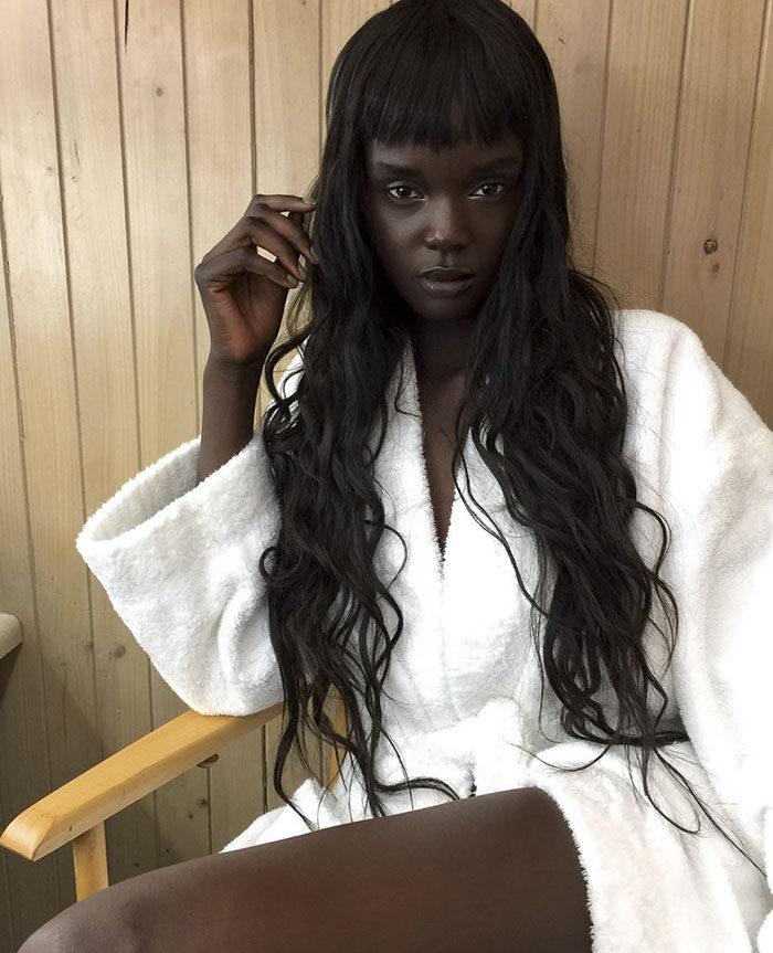 「真人黑皮膚芭比娃娃」當模特兒時被酸到神隱 復出時已經準備了最完美「計畫」!
