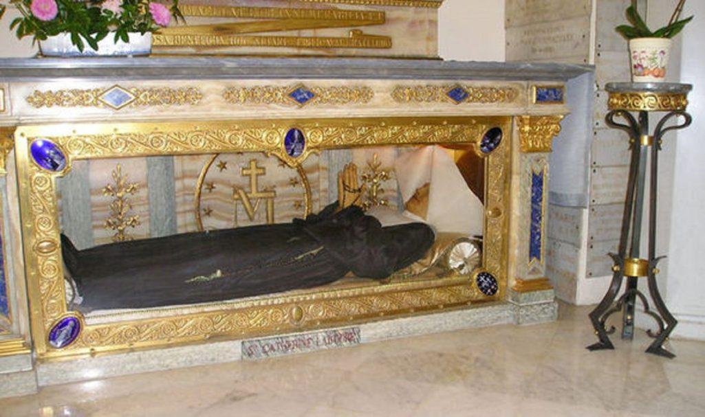 140年前聖女遺體「皮膚還超光滑柔軟」嚇壞學家,1830年聖母曾顯現跟她說:「神有任務給你。」