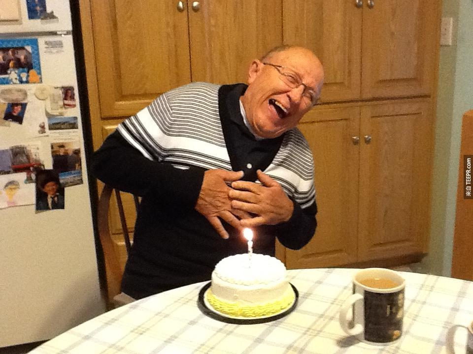 這位70歲得了阿兹海默病的老先生發現今天是他的生日。他的反應真的讓人很感動!