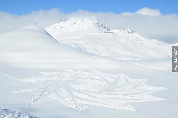 乍看之下好像只是一個瘋子在雪地裡閒逛。但是當你往後退一步的時候、你就會發現超驚奇的!