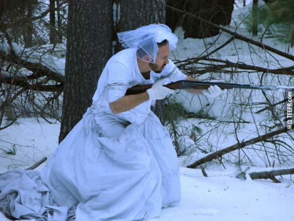 當他的老婆離開他之後、他就用她的婚紗做了一些史詩般的壯舉。