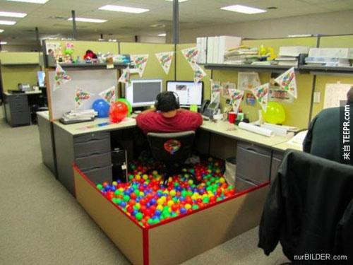 這24個人出差之後回來發現他們的桌子變成這樣子了...真的是太爆笑了!