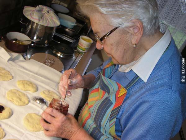 24.) 不好好學習做一道好菜。會做一道好菜其實可以讓你的生命更好玩。你可以邀請很多朋友到家裡來辦煮菜聚會,大家自己帶自己做的菜 (Potluck)!