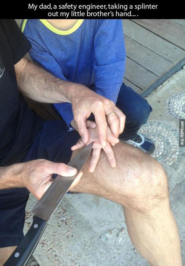 2.) 一個安全工程師用一把刀把小弟弟手裡的小木片挑出來...
