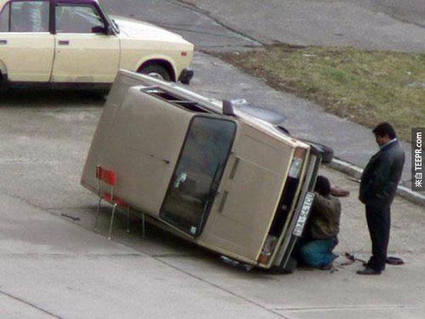 11.)請大家教他怎麼把車子架起來...