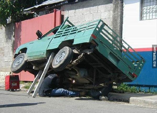 14.) 跟之前的老兄一樣...他們不知道有架起車子的其它方法嗎?