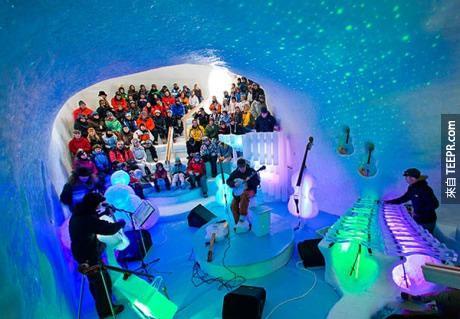 這個冰音樂廳可以容納170個人。音樂廳裡有著裝禮儀嗎?有的!那就是把自己包的越多層越好!