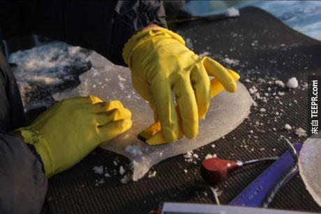 美國人Tim 每到冬天的時候,就會在一個沒有暖氣的環境裡,把冰樂器一個一個雕刻出來。