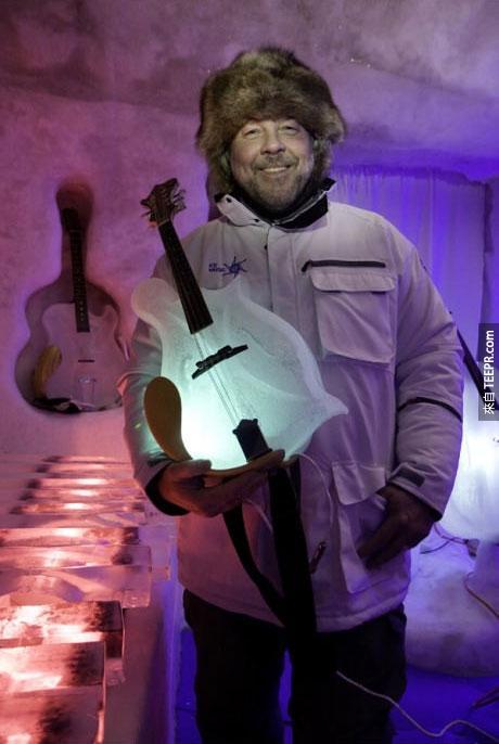 Tim驕傲的拿著他的冰提琴。