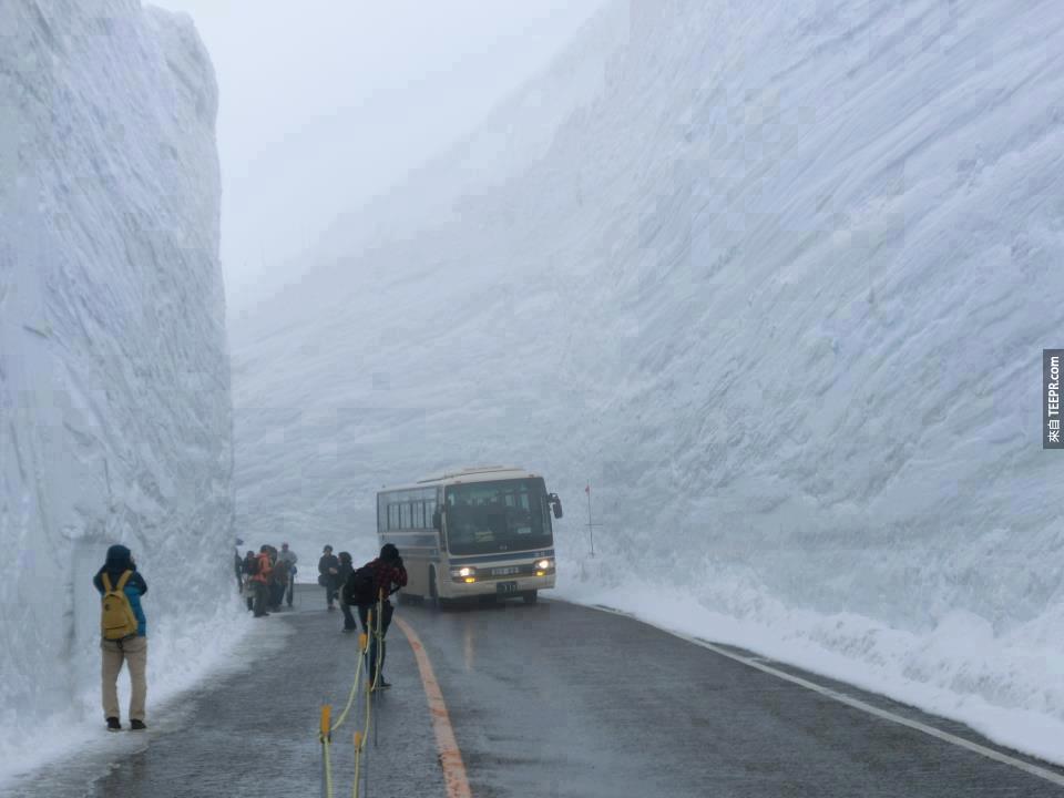 當有大雪過後,這就是他們清除積雪時的情景。左右邊如果一有什麼動靜,下面的人怎麼辦?