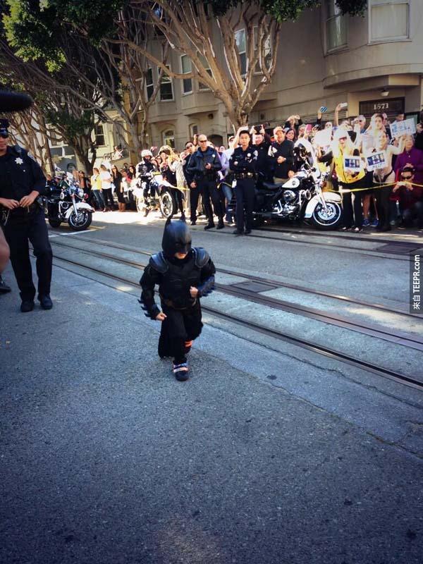 警察把路都封著了,而且還一直守護著小蝙蝠俠的身邊。