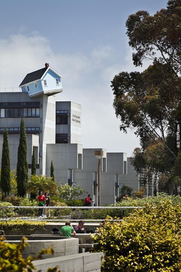 這個房子叫做墜落的星星,是藝術家 Do Ho Suh 的作品。