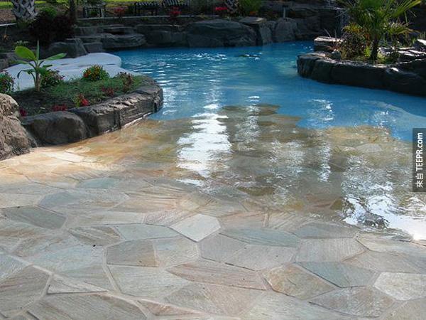 16. 這個戶外式的游泳池。