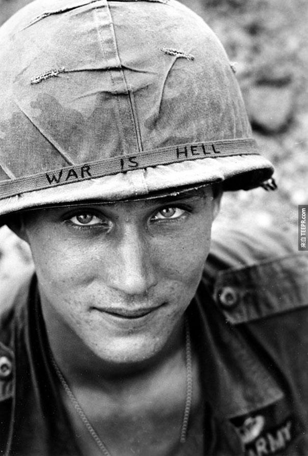 """越南不知名的士兵 (頭盔上寫著 """"戰爭就是地獄) - 1965"""