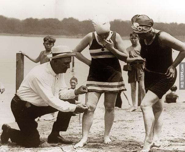 測量游泳衣。如果女人穿得太短的話,會被罰錢 - 1920