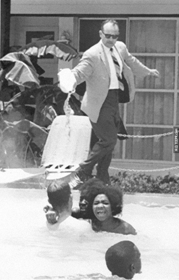 旅館老闆把硫酸往在游泳池裡的黑人倒 - 1964