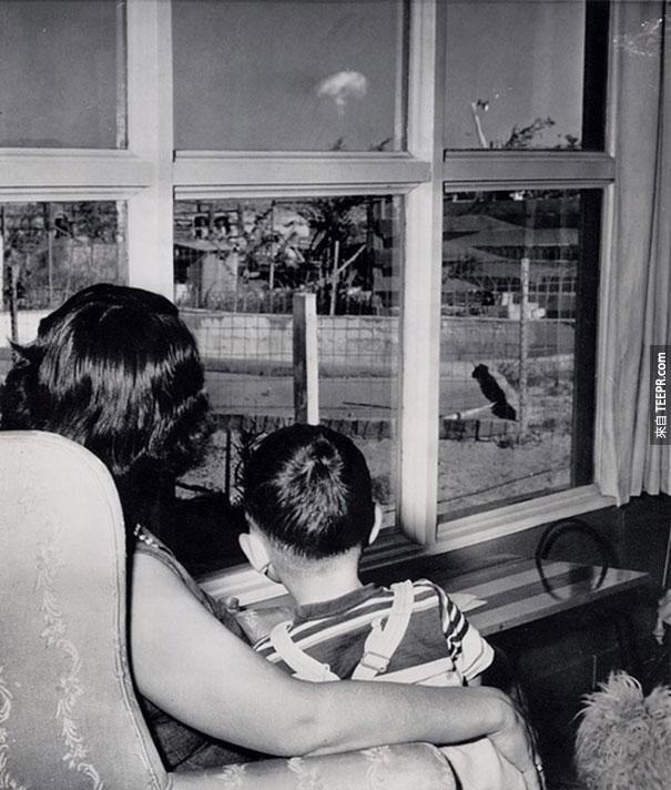 媽媽跟兒子看著測試原子彈引爆後的蘑菇狀煙雲 - 拉斯維加斯 1953