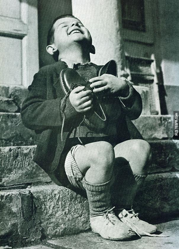 奧大力男童在二次世界大戰收到新鞋時的喜悅