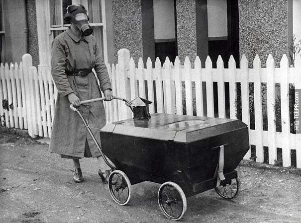 一名女子戴著防毒面具 - 英國 1938。