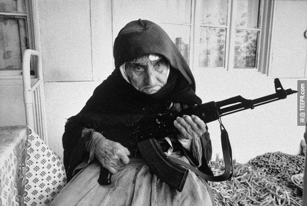 106歲的亞美尼亞的老太太保衛家園 - 1990。