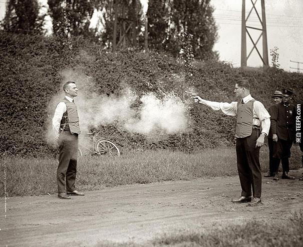 測試新的防彈背心 - 1923。