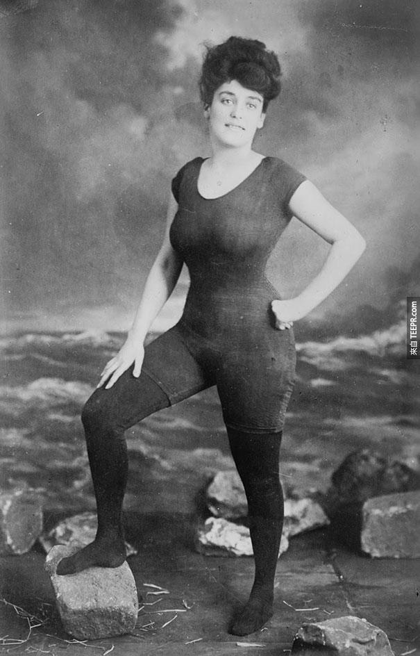 美國游泳家凱勒曼 (Annette Kellerman) 當時推動女性穿單件式泳衣 - 1907。她後來因妨害風化罪被逮捕。
