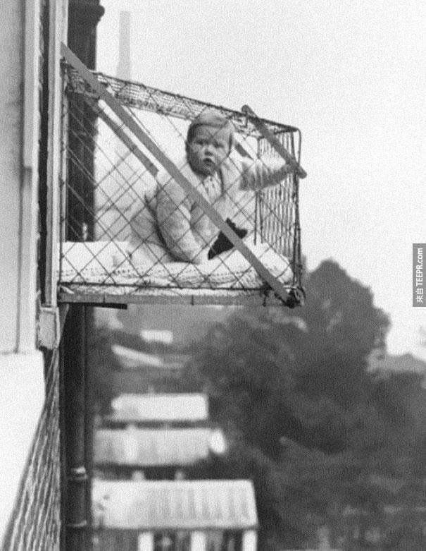 因為室內空氣不好,當時很多人把孩子放入掛在外牆上的籠子裡晒太陽 - 1937