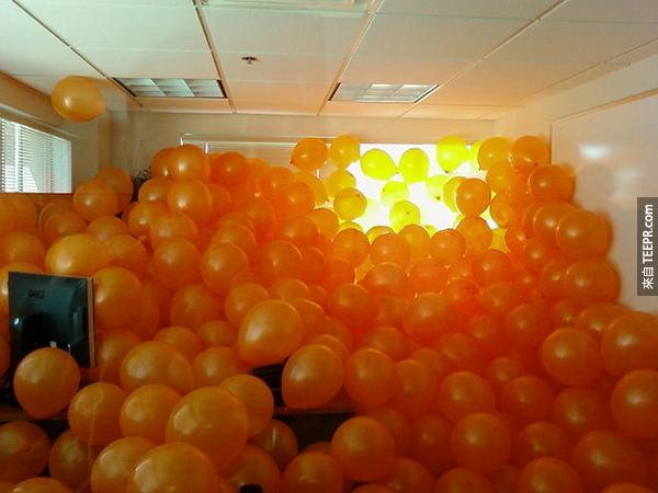 12.) 這個...氣球是有點多...我不管,還是一頭跳進去!