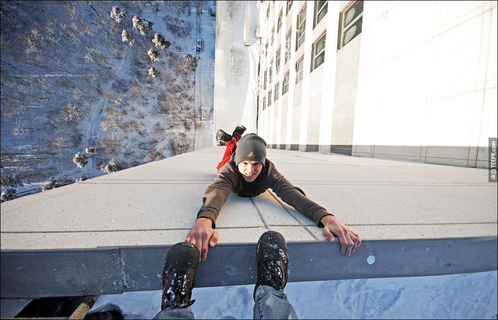 就算是超低溫的惡劣天氣,好像也阻止不了這些攀爬大樓的青年。這張還在踩他的手呢...