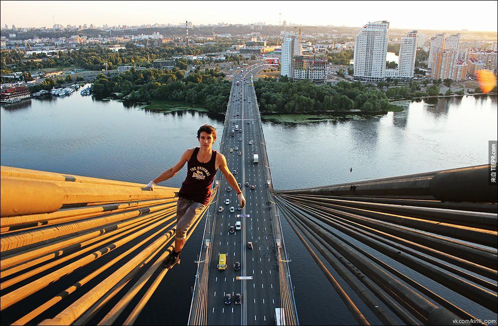 "Kirill 把自己成為是 ""城市探險者""。太危險了。我到比較喜歡在路面上行走就好了。"