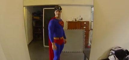 如果超人頭上裝上一台行車記錄器,這就是你會看到的。