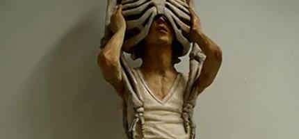 這名日本雕刻家把木頭雕刻成這樣...剛開始看很可怕,但是再看下去覺得超有意義的!