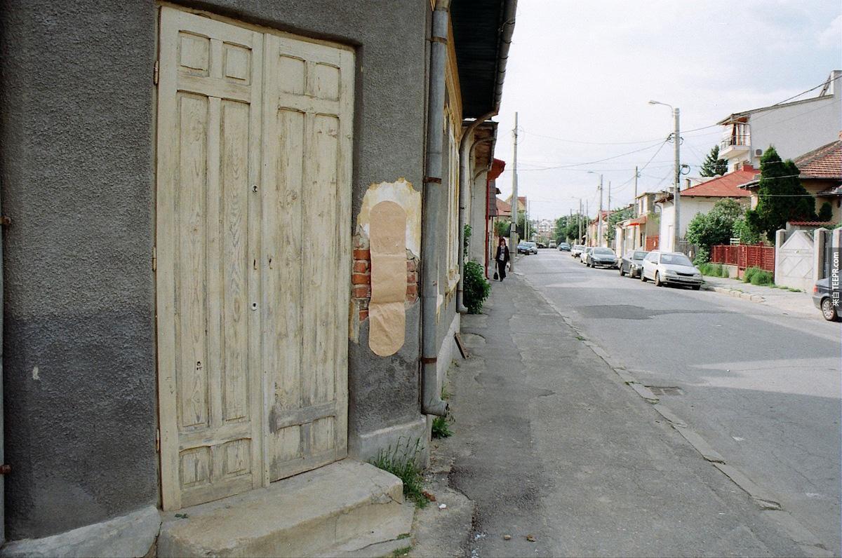 4. 牆裡缺口的地方都用巨大的繃帶。