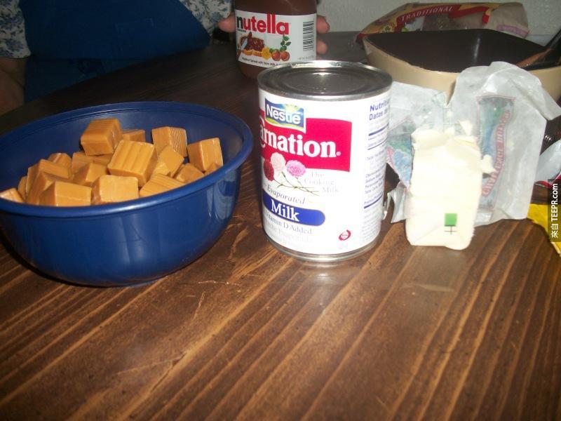 接下來再把這三樣東西 (焦糖糖果、牛奶、奶油) 融化,然後變成無比美味的焦糖牛奶奶油醬!