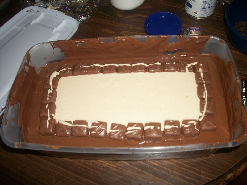 再周圍又再鋪上一圈Snickers,然後再中間倒下融化的牛扎糖。