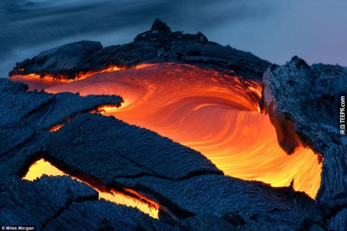 11)熔岩的大量河水流入大海圍繞夏威夷,2009(美國)