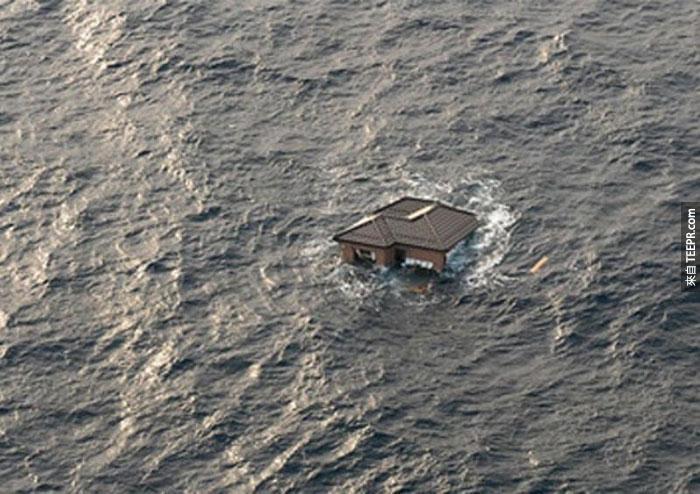 10)日本家庭漂流在海洋中的9.0級地震和隨後的海嘯之後,2011(日本)
