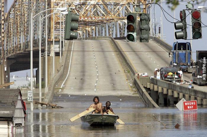 9)兩名男子避開在新奧爾良船卡特里娜颶風,2005(美國)