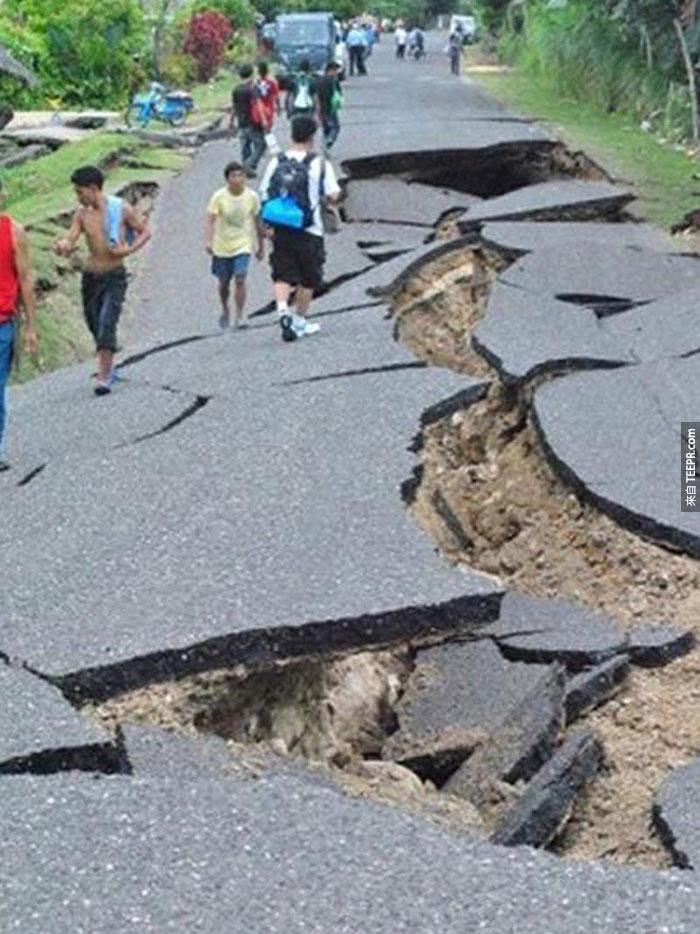 13)巨大的裂縫在高速公路6.9級地震襲擊後內格羅斯和宿務,2012(菲律賓)