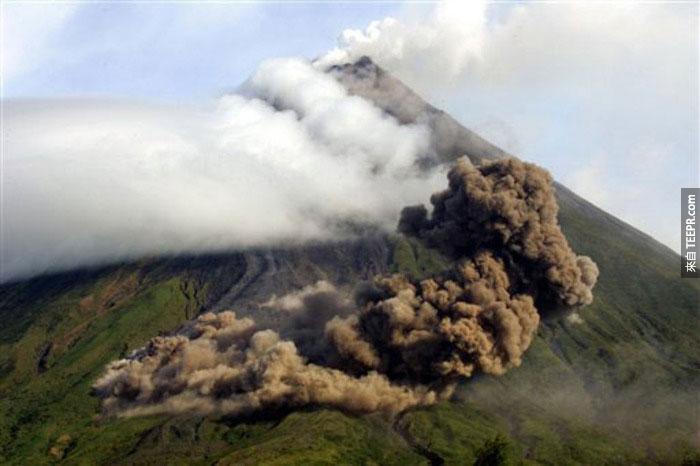16)灰雲彩上面的布安山谷上的馬榮火山的上脊,1984(菲律賓)