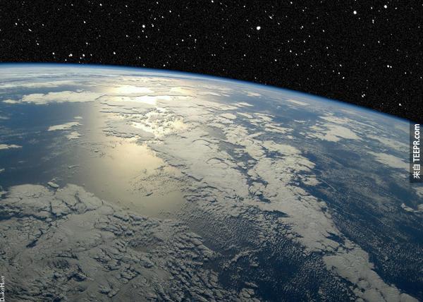 26.) 當夏天的時候,北半球會比較熱的原因不是因為地球比較接近太陽,而是因為地球對太陽的傾斜角度讓北半球接收更多的太陽光。