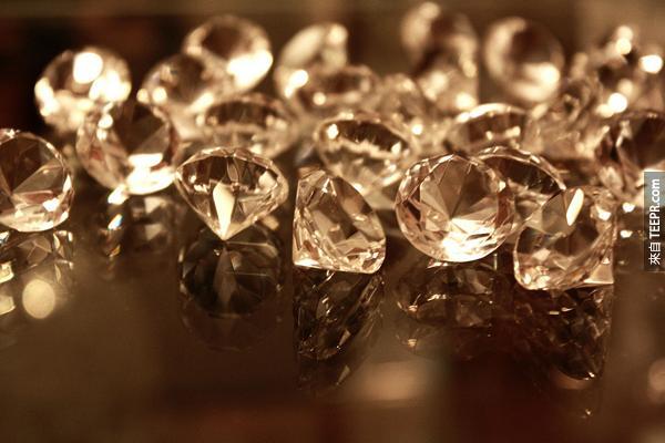27.) 鑽石不是壓縮後的煤。鑽石其實是在地球145公里的地底下經過壓縮還有高溫形成的。發現煤的位置最深只有到地球的3.2公里左右。