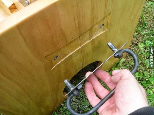 然後把木箱的把手拆掉。